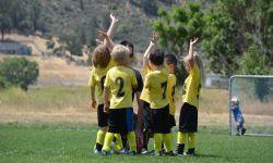 Bambini su campo da calcio
