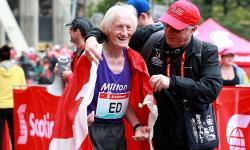 Ed Whitlock al termine della maratona di Toronto