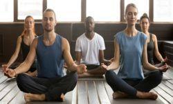 Lezione di yoga in palestra
