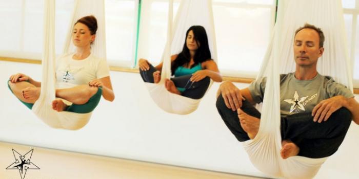 esercizio di antigravity yoga