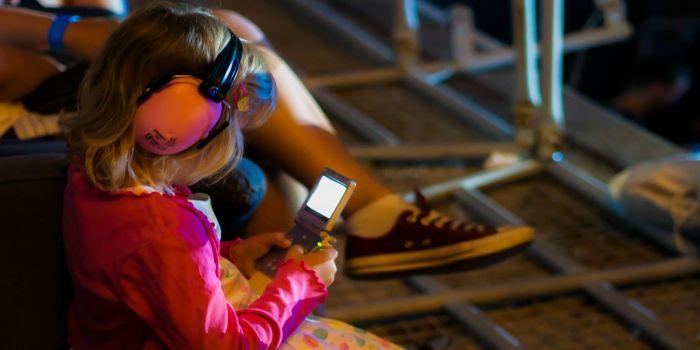 Bambina con smartphone