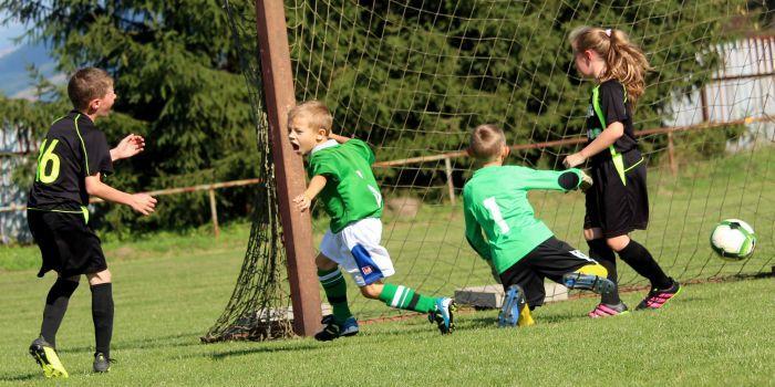Bambini giocano a calcio