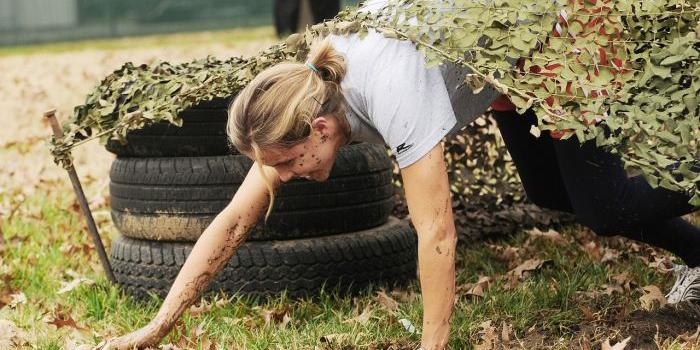 Donna che si allena nel crawling