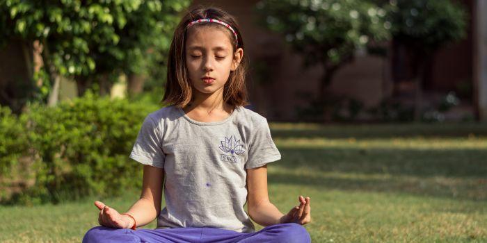 Bambina fa yoga