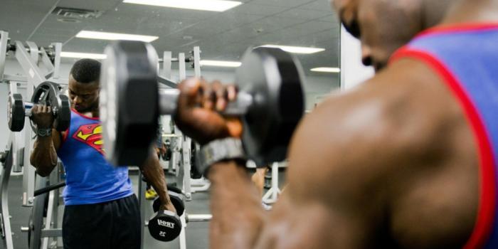 Allenamento pesi in palestra