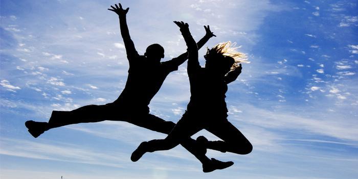 Persone che saltano